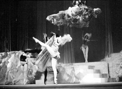 Mujeres bailan durante la opereta músical