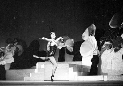 Mujer baila durante la opereta músical