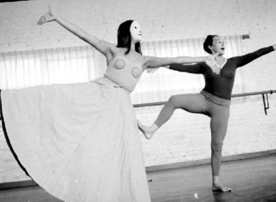 Rocio Sagaón y bailarina ensaya en un estudio