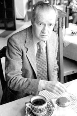 Juan Rulfo a la mesa con café, retrato