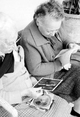 Mujeres Observan Fotografías