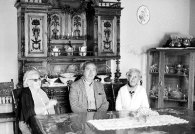 José Chávez Morado con Mujeres en una Cocina, Retrato