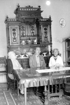 José Chávez Morado con Ancianas en una Sala Retrato
