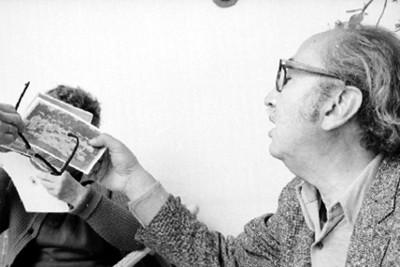 José Chávez Morado Observa Fotografías