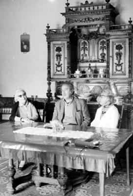 José Chávez Morado con Mujeres en una Sala