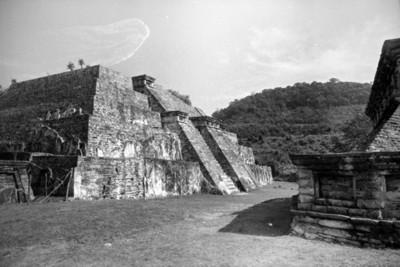 Edificio 23 basamento piramidal con fachada al suroeste, pertenece al conjunto de la Plaza del dios Tajín