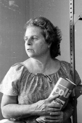 Mariana Yampolsky con la enciclopedia infantil Colibrí