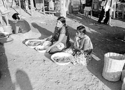 Mujeres huaves venden pescado en un tianguis