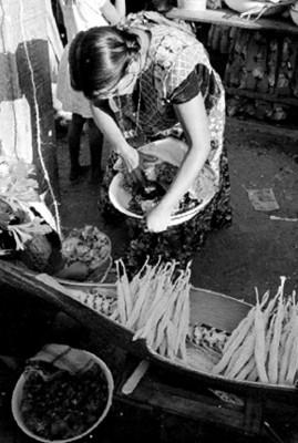 Mujer huave vende flores en un tianguis