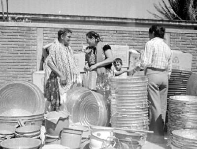 Mujeres huaves, venden casos y ollas de aluminio