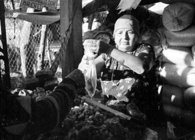 Mujer huave vende en un tianguis