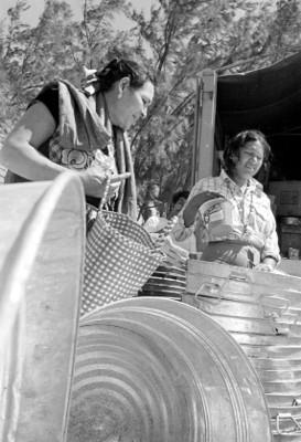 Mujer huave compra en un puesto de casos