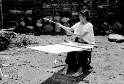 Mujer Tzotzil elabora prenda con un telar