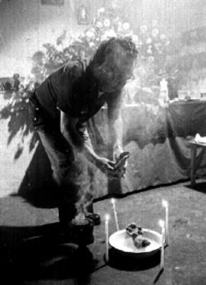 Curandero mezclando en una palangana