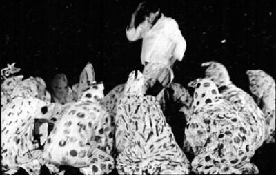 Curandero y practicantes de hechicería en círculo