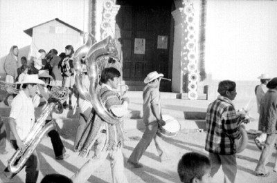 Músicos entrando a una iglesia