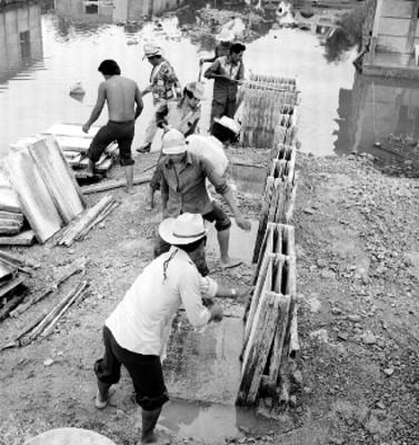 Hombres Chontales construyendo un puente