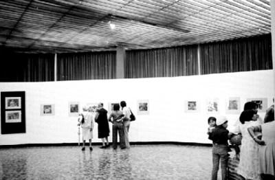 Público en la exposición fotográfica de Nacho López en el Museo de Arte Moderno