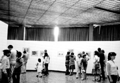 Público asistente a la exposición fotográfica de Nacho López en el Museo de Arte Moderno
