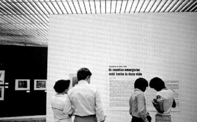 Público lee cédula de la exposición fotográfica de Nacho López en el Museo de Arte Moderno