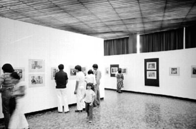 Público en la exposición fotografíc de Nacho López en el Museo de Arte Moderno