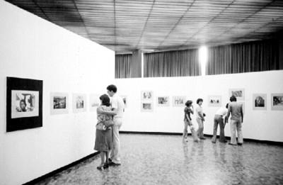 Gente recorre la exposición fotográfica de Nacho López en el Museo de Arte Moderno