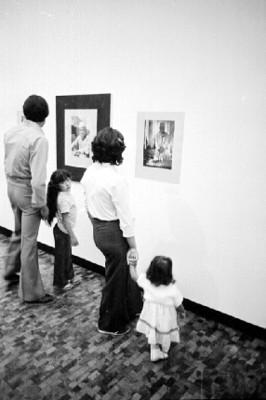 Familia observa exposición fotográfica de Nacho López en el Museo de Arte Moderno