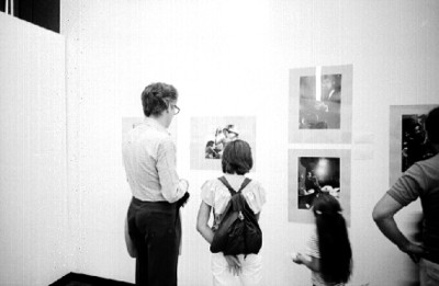Gente recorre exposición fotográfica de Nacho López en Museo de Arte Moderno
