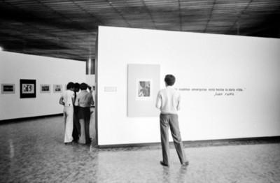 Público recorre la exposición fotográfica de Nacho López en el Museo de Arte Moderno