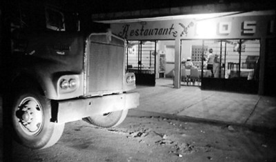 Trailer frente a restaurante
