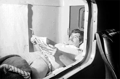 Chofer leyendo en la cabina