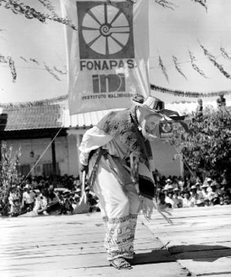 Un hombre interpretando la danza de los viejitos