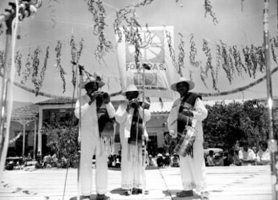 Indígenas representando la danza de los viejitos