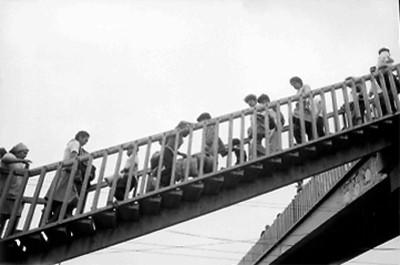 Pasajeros en puente peatonal