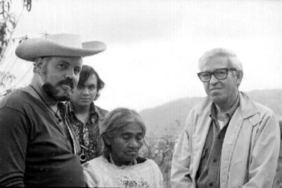 María Sabina junto a turistas