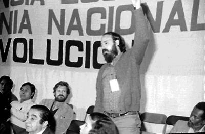 Militares levantando el brazo en asamblea