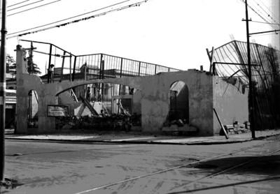 Albañiles durante construcción de una casa