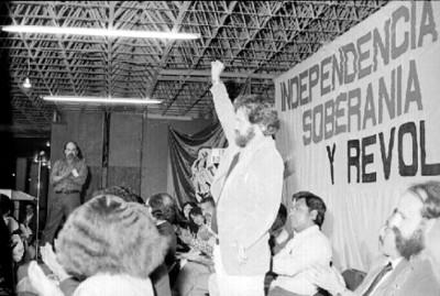 Hombre levantando la mano en asamblea
