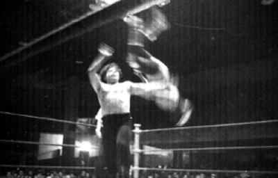 Luchadores dan espectáculo en un ring