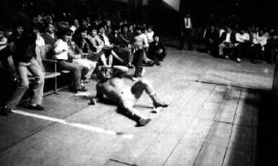 Luchador tirado fuera del ring, durante espectáculo