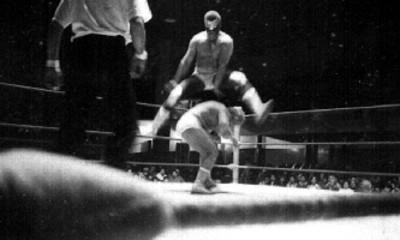 Luchadores durante pelea en un ring