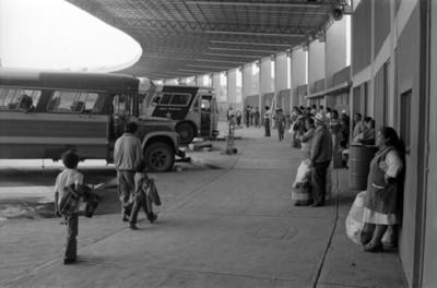 Gente y camiones en la central de pasajeros de Tlaxcala