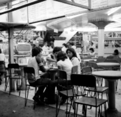 Jóvenes en una cafeteria