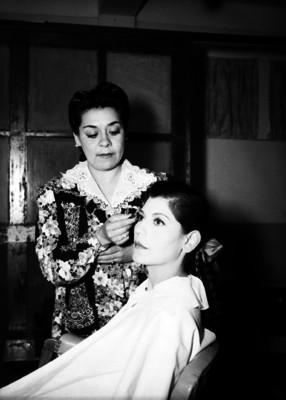 Fraustita maquillando a una actirz en un camerino
