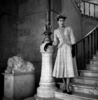 Mujer modela traje en una escalera, retrato