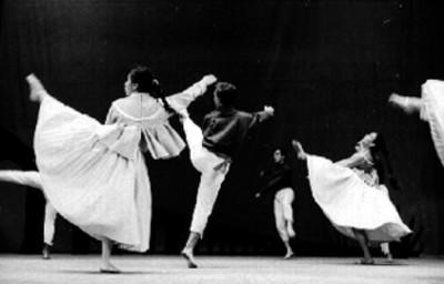 Parejas de bailarinas realizan coreografias durante presentación de ballet