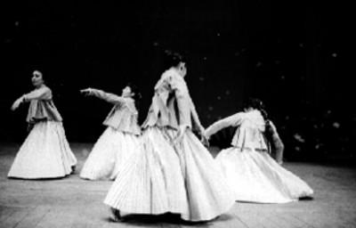Bailarinas con vestuario indígena realizan coreografia en un escenario