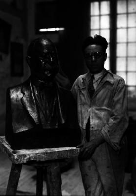 José María Fernández Urbina mostrando una escultura, retrato