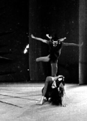 Pareja de bailarines interpretan danza de ballet