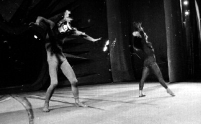 Pareja de bailarines con máscara interpretan danza